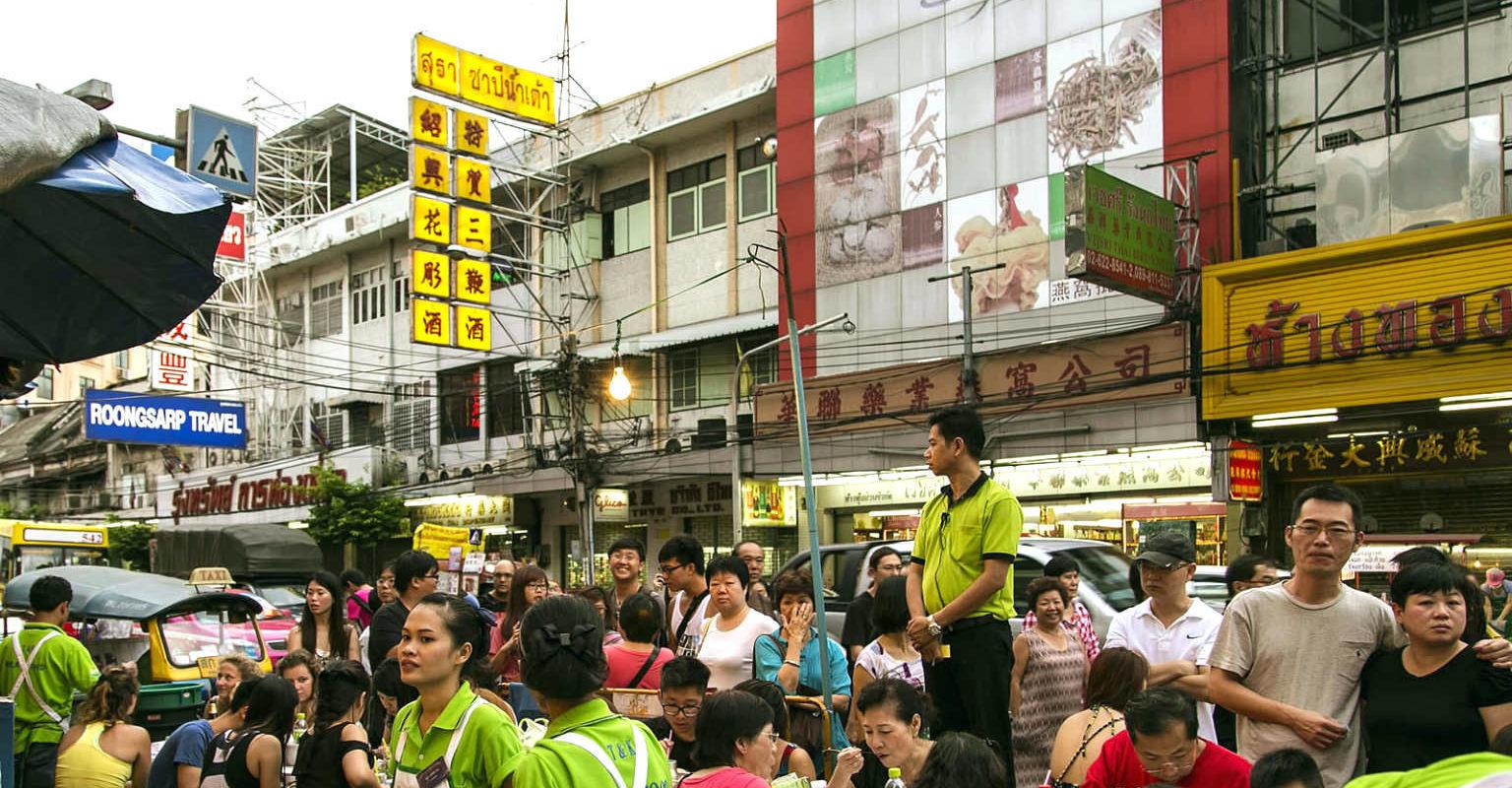 Mensen in de rij voor J&K Seafood in Chinatown Bangkok