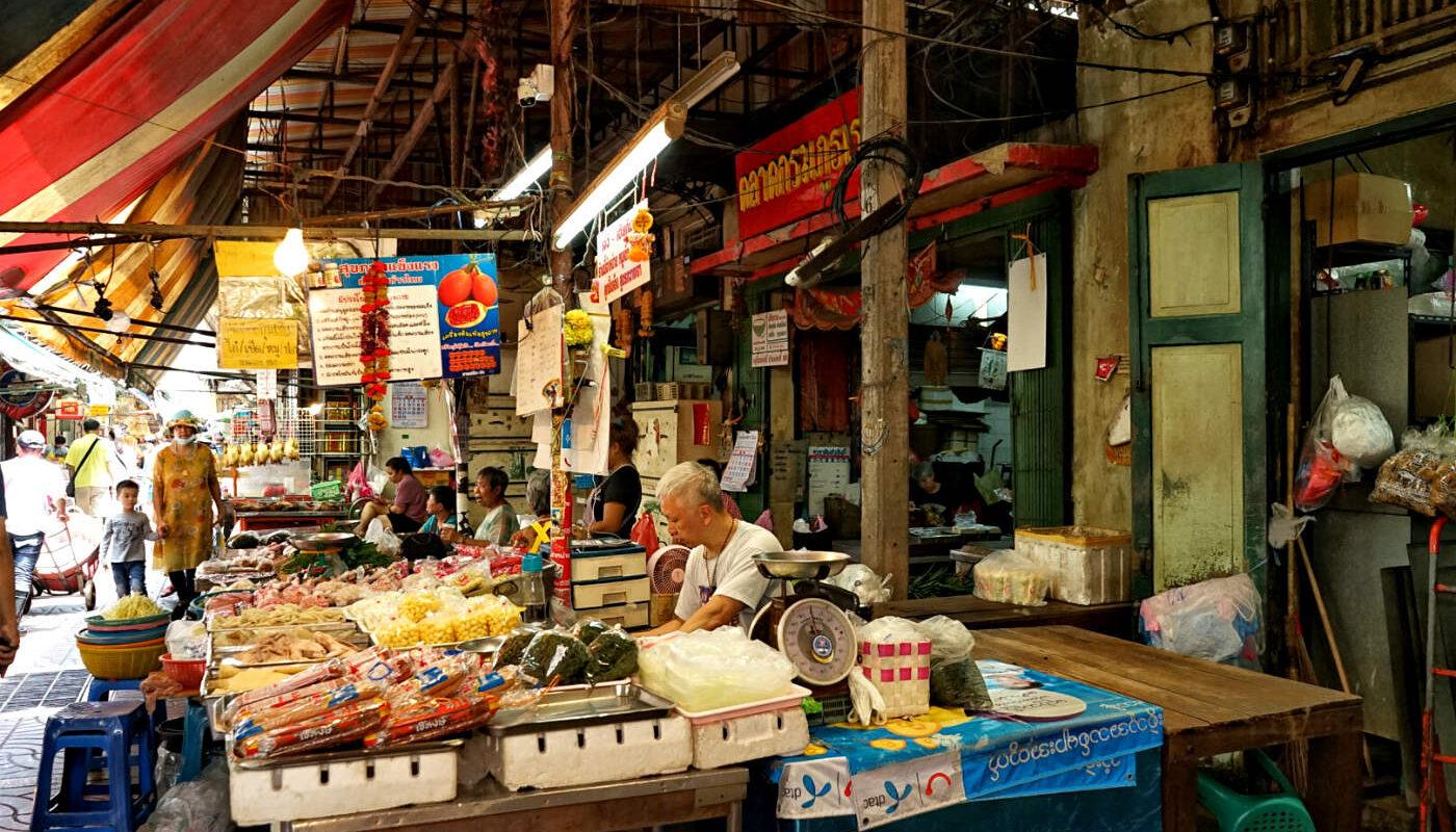 Chinatown /Yaowarat food market, verkoopster achter kraam.