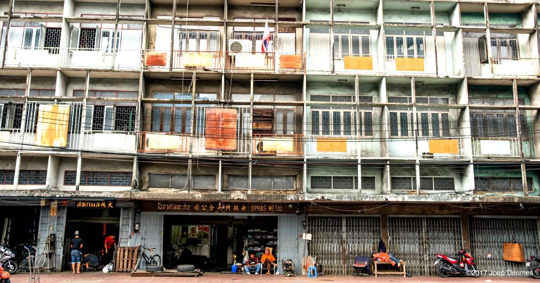 ode huizen met winkeltjes in Chinatown, Bangkok
