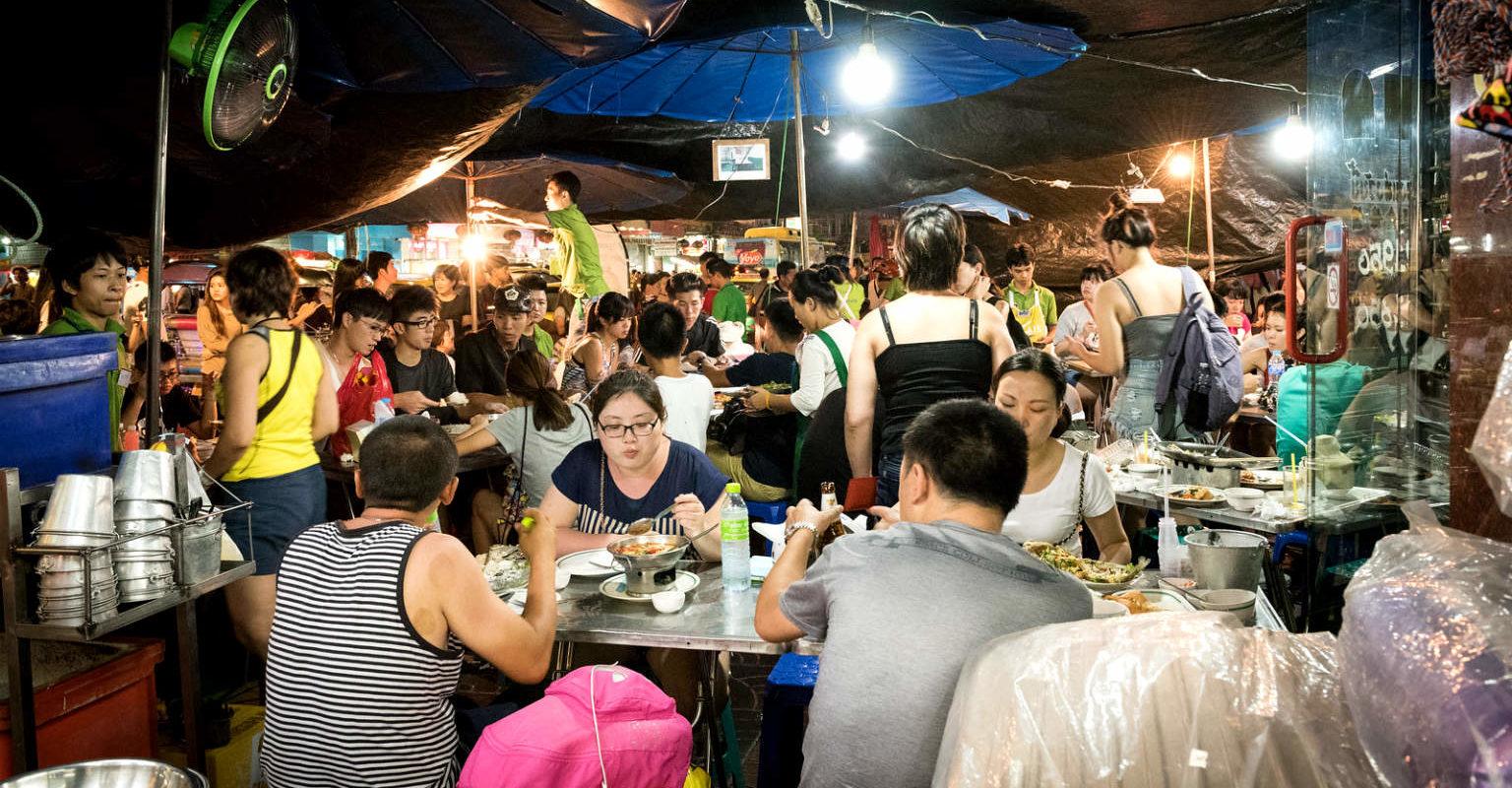 Etende mensen in Chinatown, Thailand