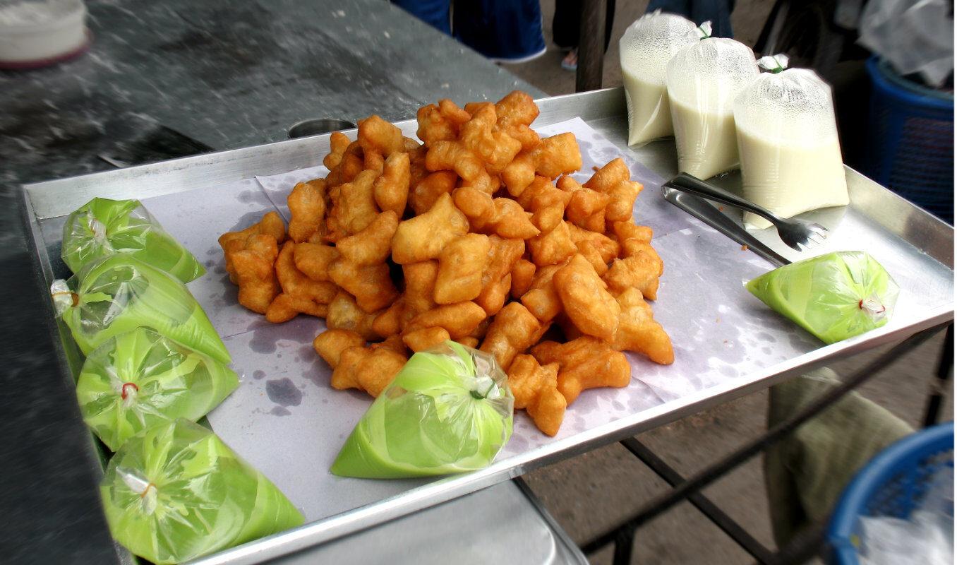Patongo gefrituurde deegsnack, op een schaal in Chinatown, Bangkok