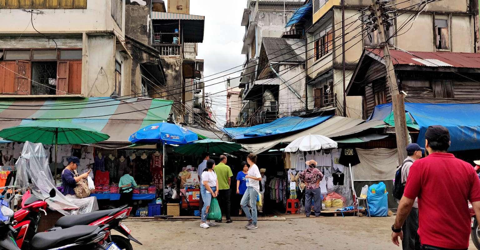 Ingang smalle steeg van de Sampen Market in Chinatown, Bangkok Chian