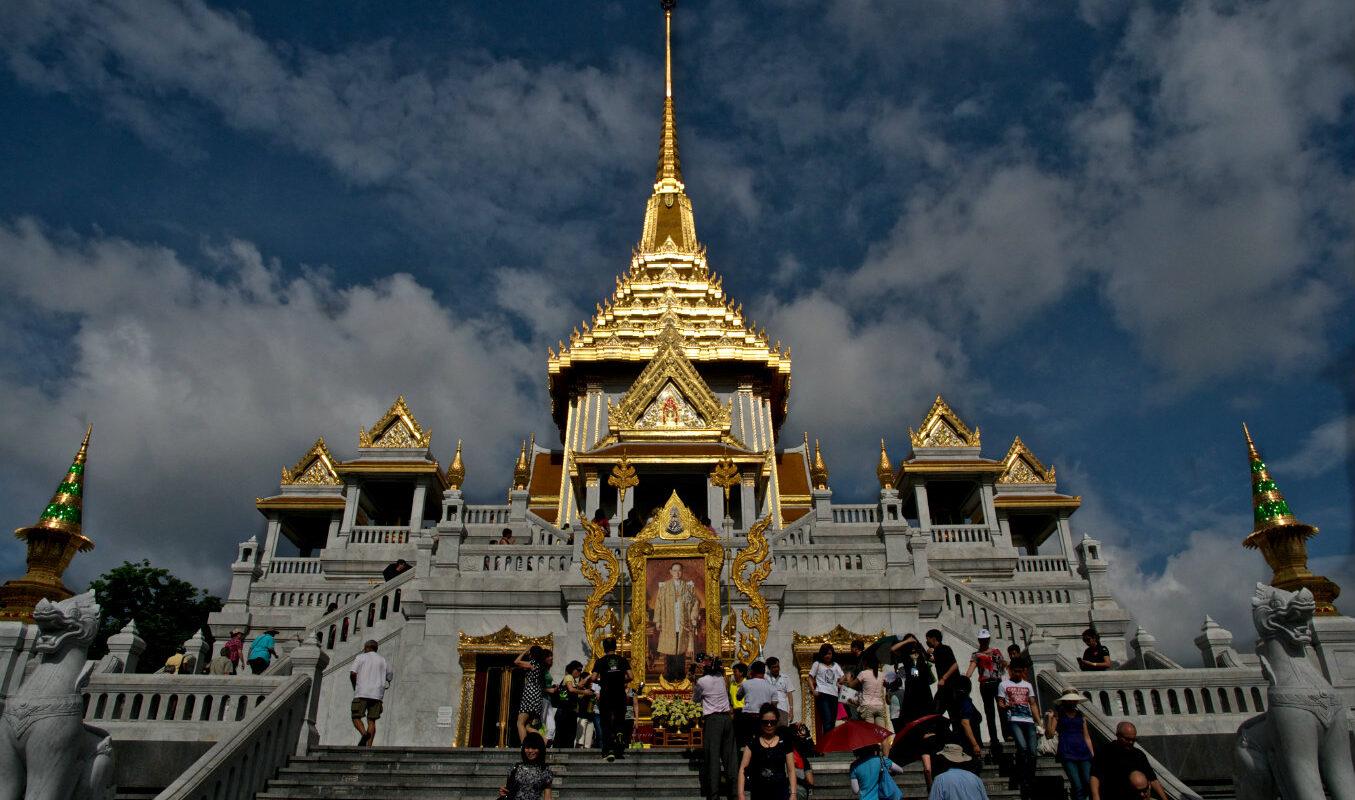 Mensen op de trap van de Tempel van de Gouden Boeddha, Wat Traimit) in Chinatown