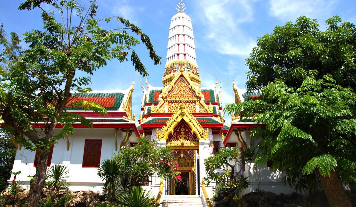 Trap naar wit met gouden toren van de krokodillen tempel, Wat Chakrawat in China town.