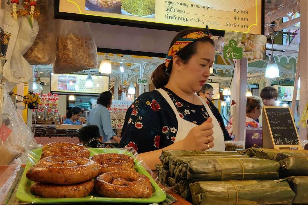 Sai Ua verkoopster in Old Shopping Plaza in China Town, Bangkok