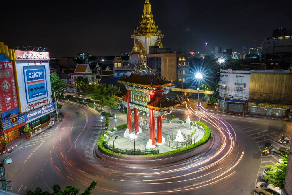 Roundabout on Jaowarat Road at night in China Town