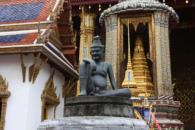 Het standbeeld van Cheewok Komataphat, een Thaise geneesheer op het terrein van de Grand Palace in Bangkok, Thailand