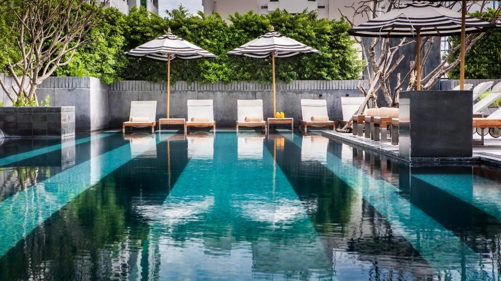 Het zwembad op het dak van het Mövenpick Hotel Sukhumvit 15 Bangkok
