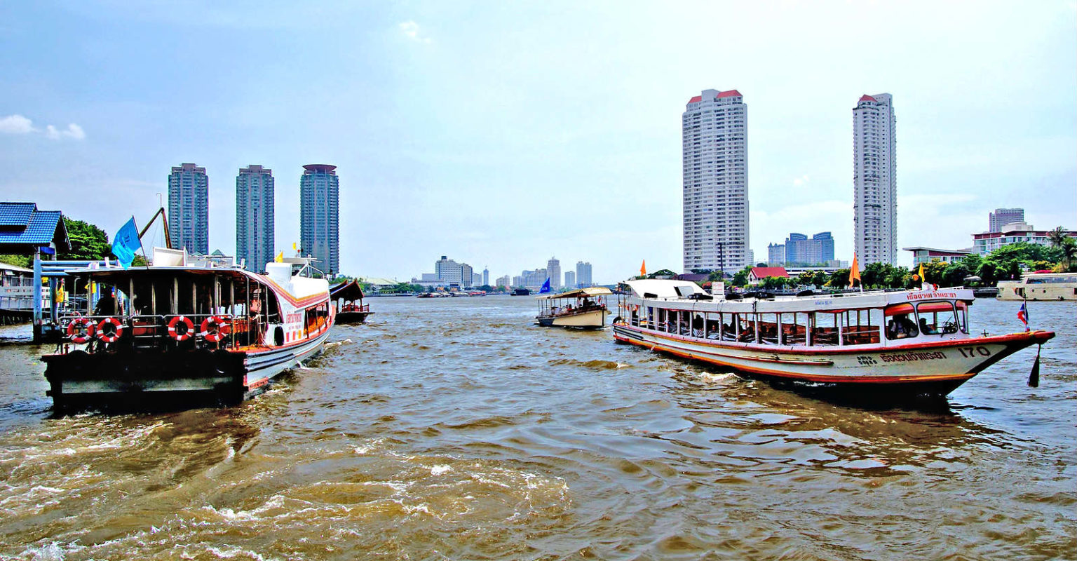 Boten op de Chao Phraya Rivier van Bangkok