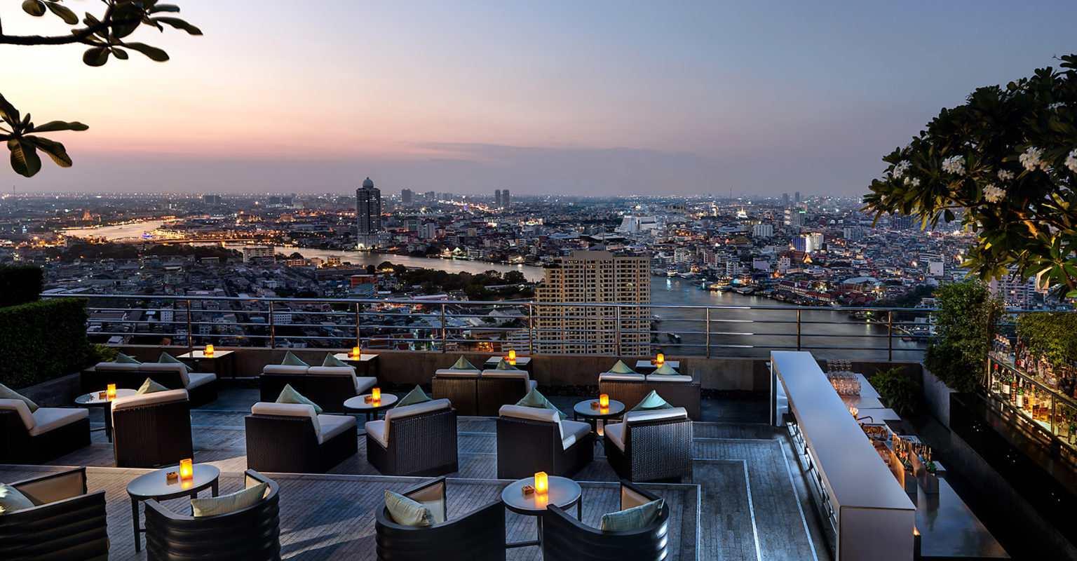 Three Sixty Lounge van het Millennium Hilton Bangkok met uitzicht op de rivier van Bangkok