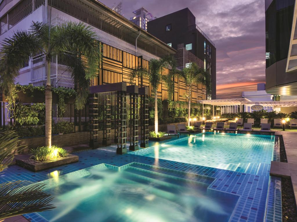 Het zwembad van Solitaire Bangkok Sukhumvit 11 in het Nana gebied van Bangkok