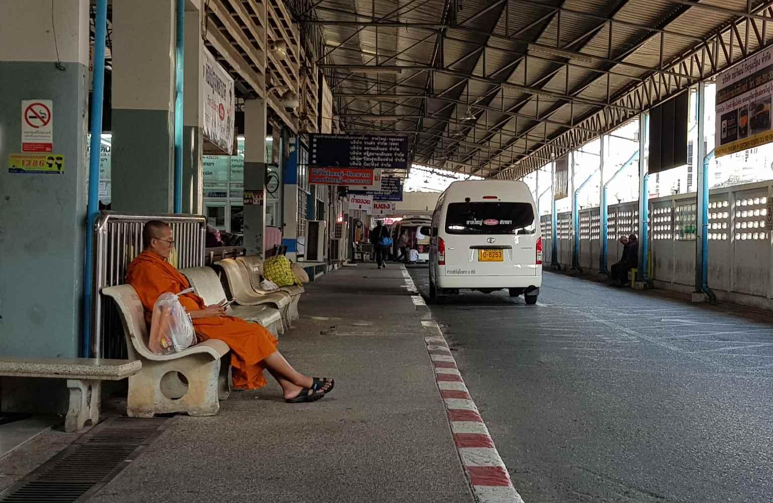 Boeddhistische monnik aan het wachten op het busstation van Hat Yai