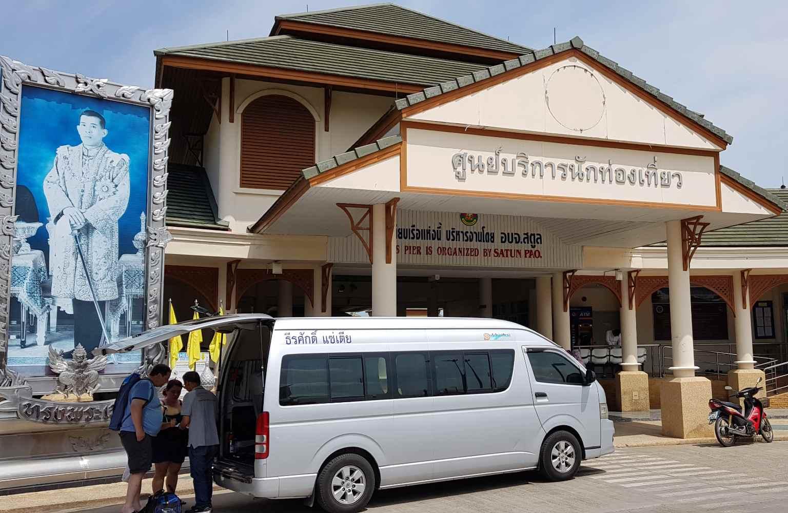 Minivan voor het hoofdgebouw van de pier van Pak Bar