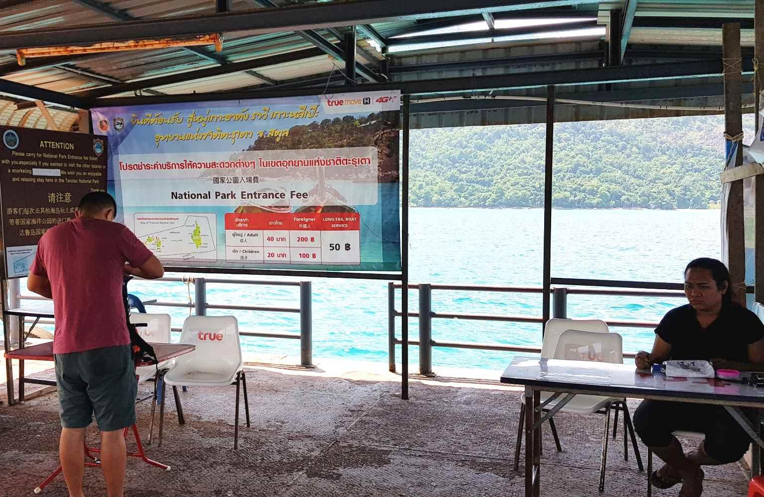 Het platform in zee bij Koh Lipe in Thailand waar je een parkfee moet betalen
