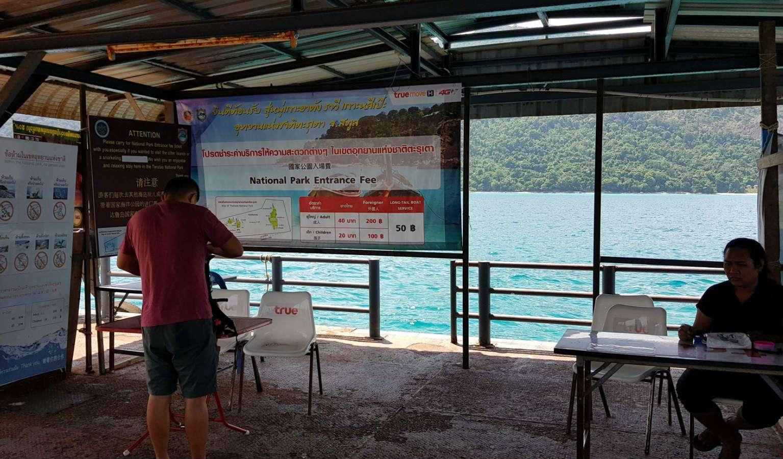 Het platform in zee bij Koh Lipe in Thailand