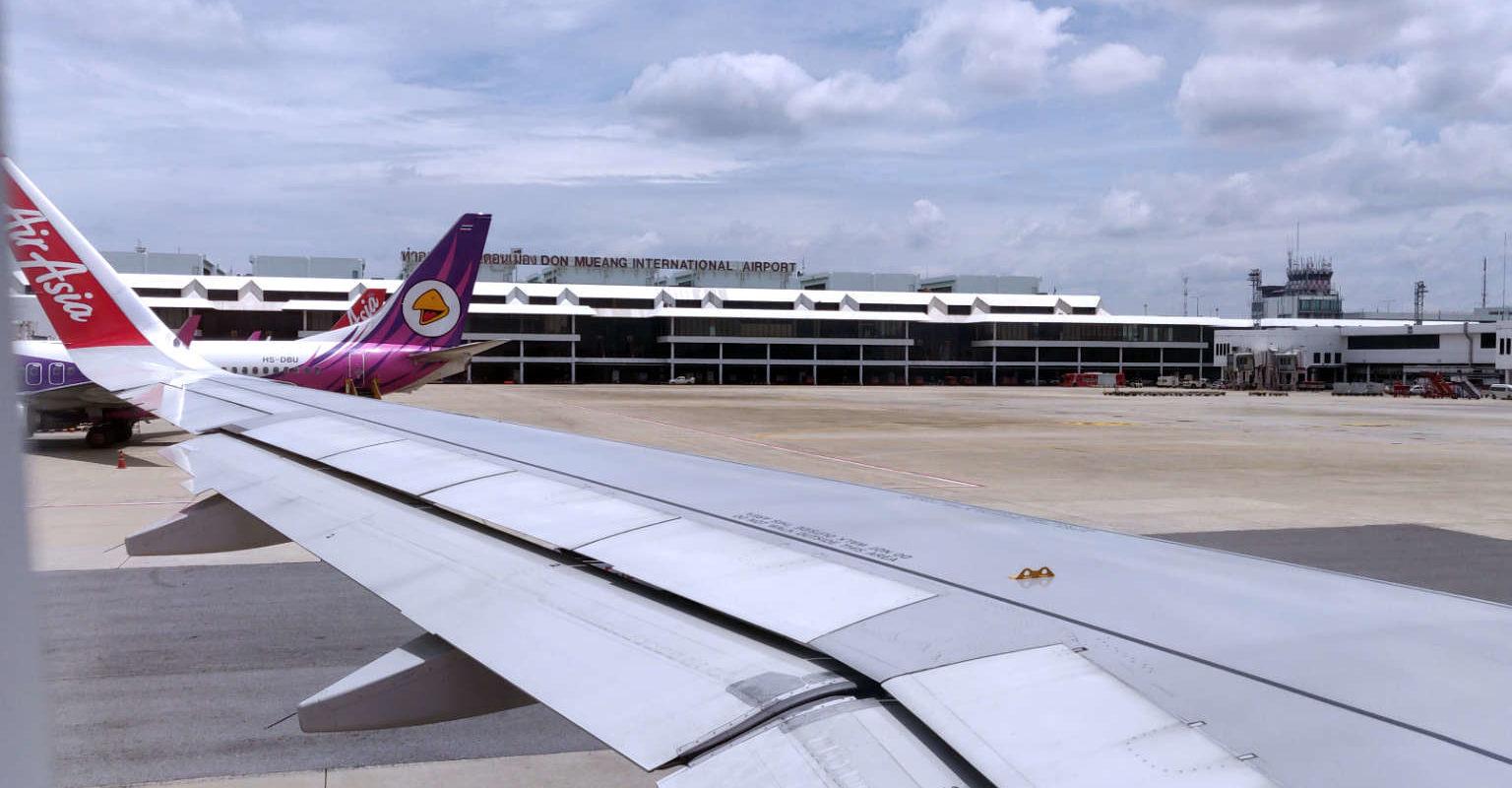 Met het vliegtuig van Air Asia vanaf Don Mueang vliegvled in Bangkok