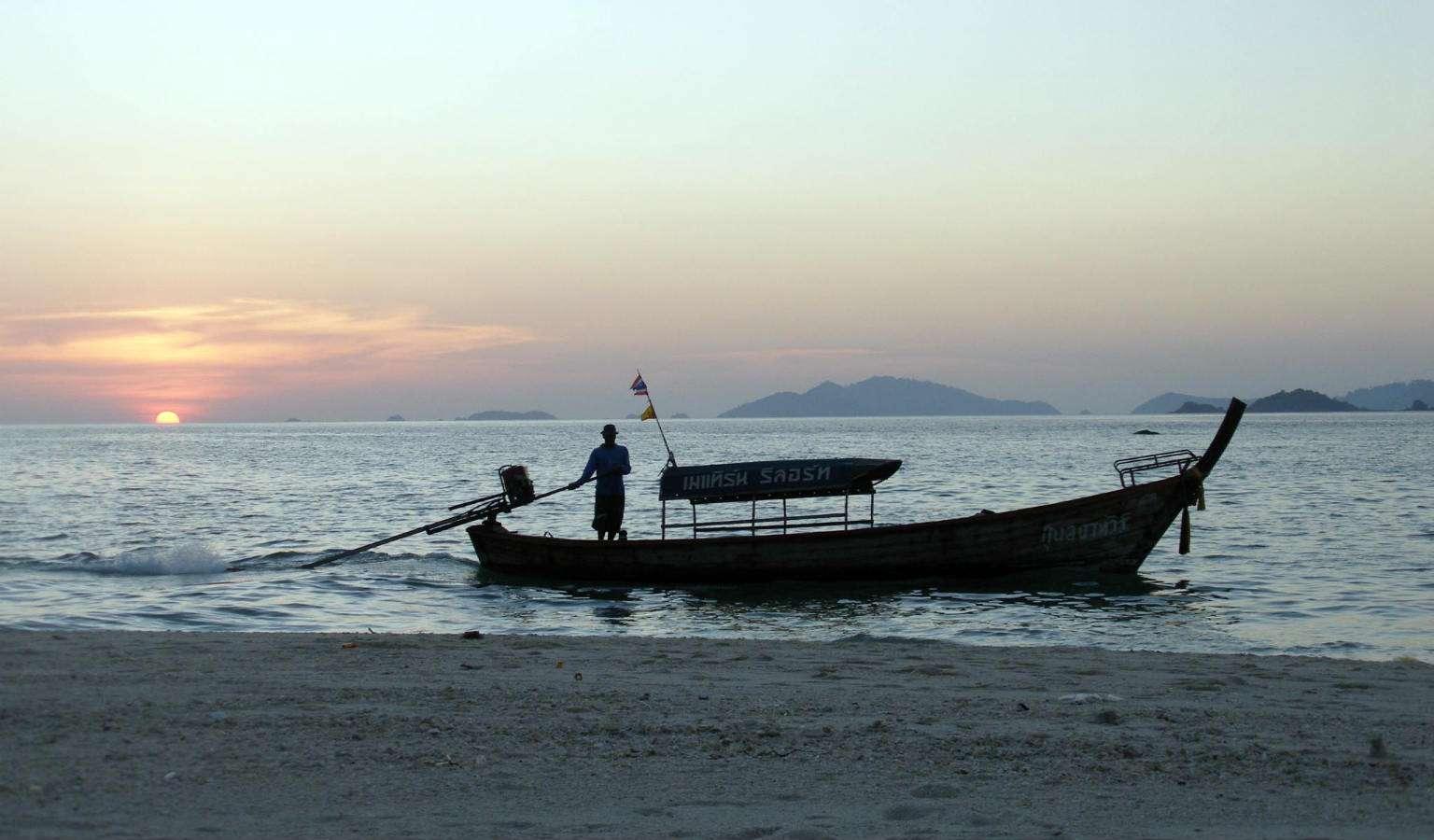 Zonsondergang met longtailboot op Koh Lipe in Thailand