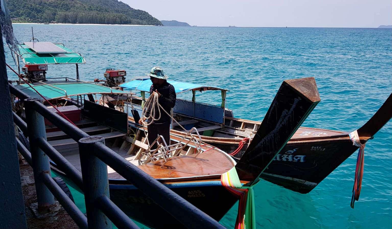 Met de longtailboot vanaf het platform in de zee naar Koh Lipe in Thailand