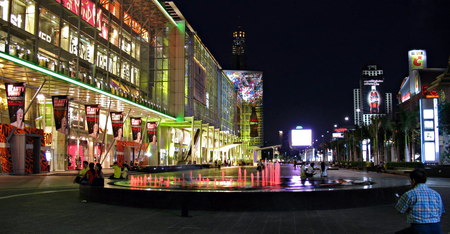Shopping mall Central World met vijver in het Centrum van Bangkok