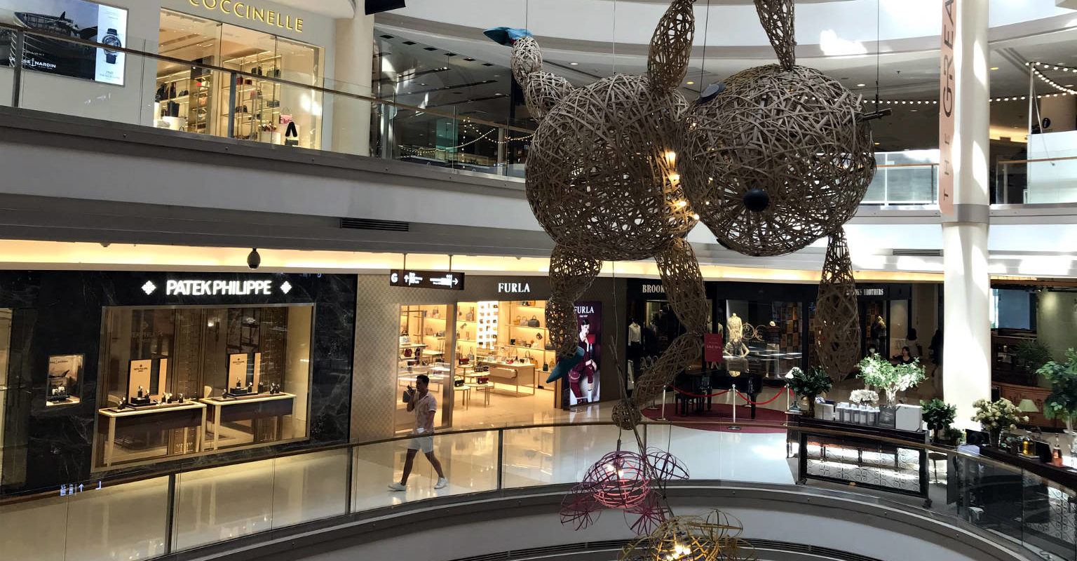 Siam Square, hal met grote decoratie van shopping mall Gaysorn Village in Bangkok