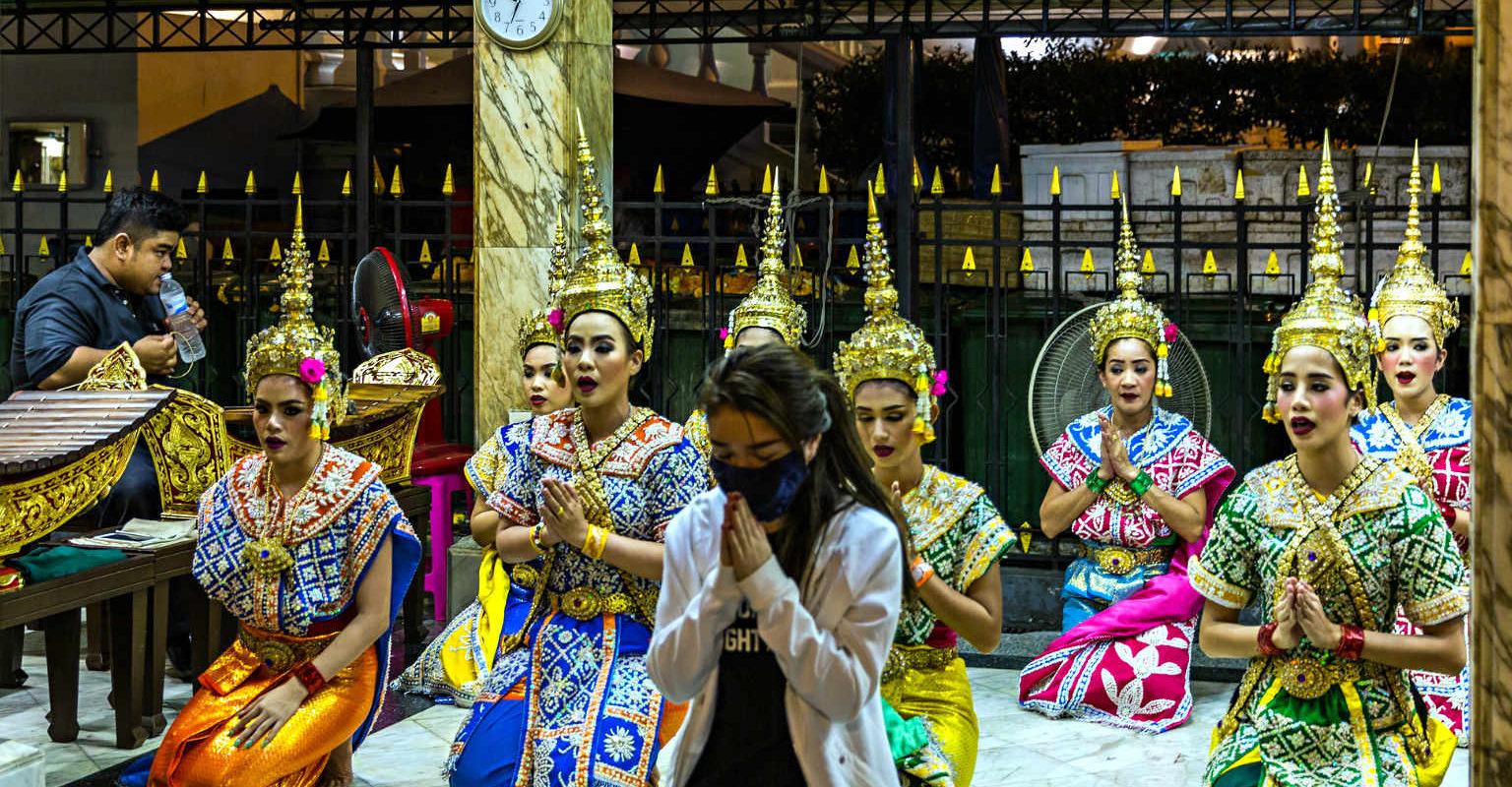 Siam Square, centrum Bangkok, danseressen bij de Erawan Shrine Tempel in Bangkok