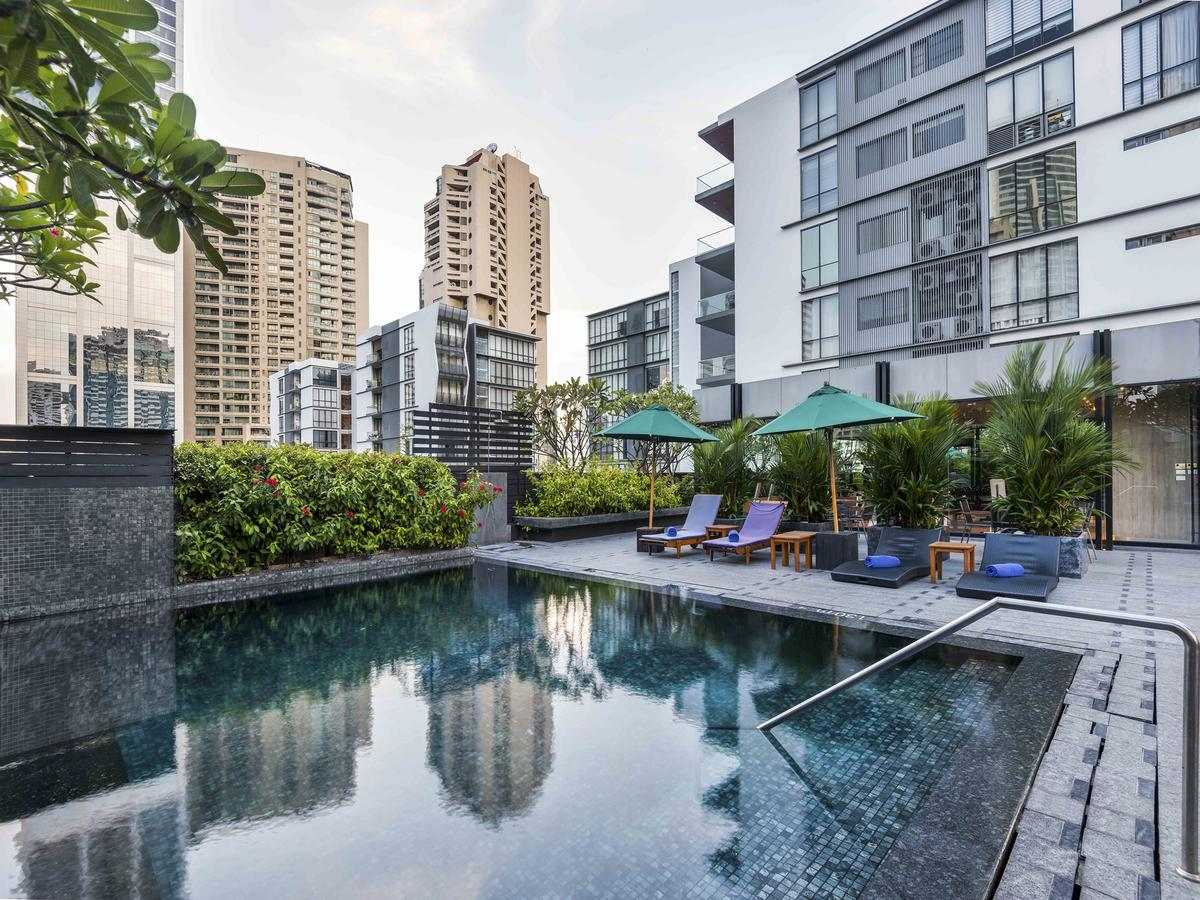 The swimming pool of the Maitria Hotel in Asok (Bangkok)