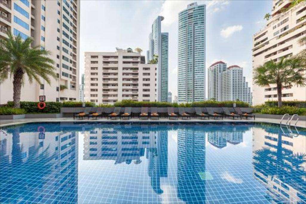Het zwembad van het Rembrandt Hotel Suites and Towers in Asok, Bangkok
