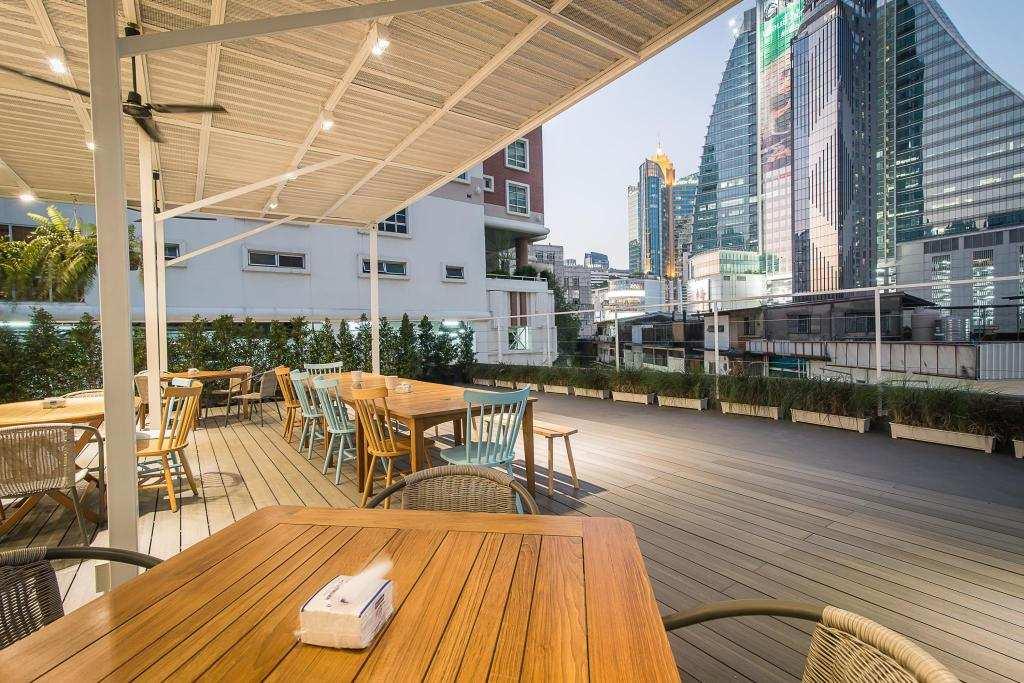 Het terras van Suk18 Hostel met uitzicht op Bangkok