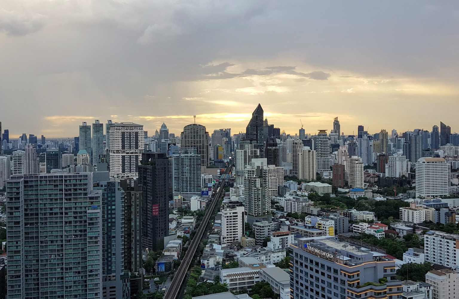 Uitzicht over de skyline van Bangkok vanaf Octave Rooftop Lounge & Bar