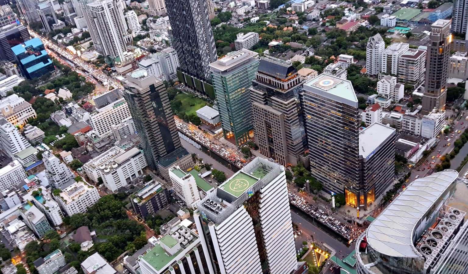 Uitzicht op de stad onder je Mahanakhon SkyWalk Bangkok