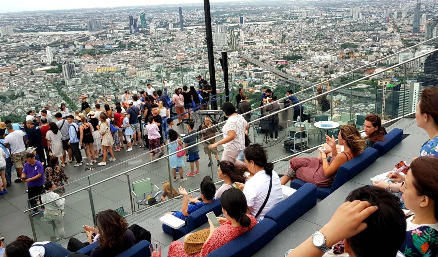 Loungen op de trap van Mahanakhon SkyWalk Bangkok
