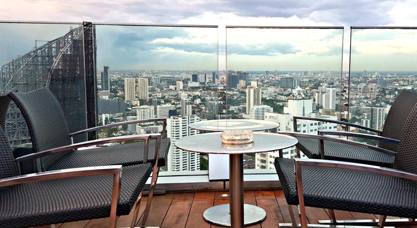 Lounge stoelen met uitzicht over Bangkok