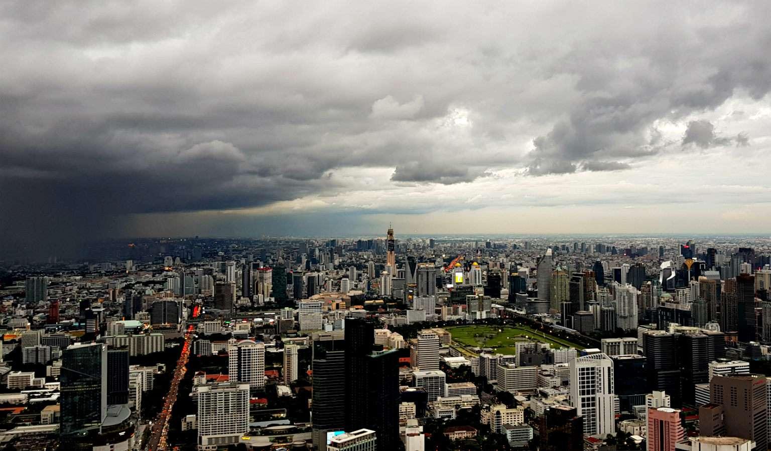 Regen bij Mahanakhon SkyWalk Bangkok
