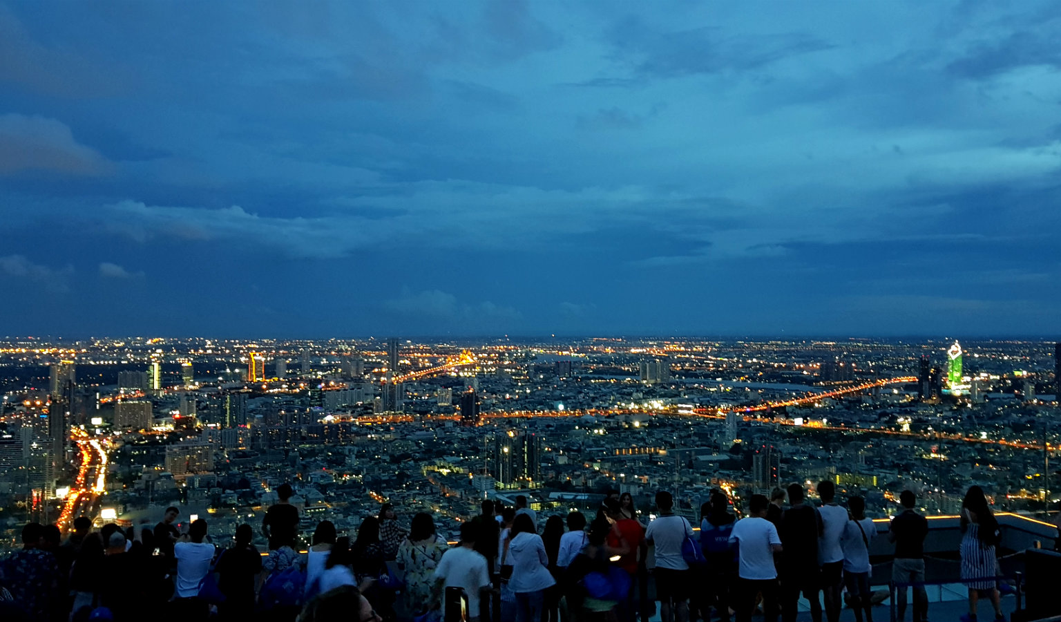 Uitzicht in de avond vanaf de Sky Walk Mahanakhon Bangkok