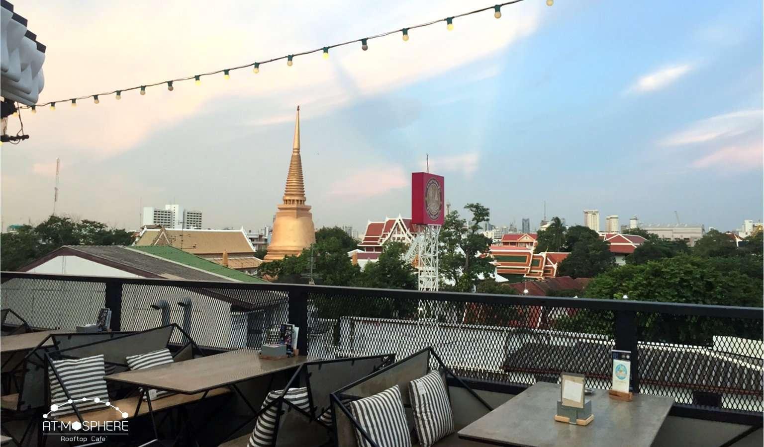 Uitzicht op de Wat Bowonniwet vanaf At-Mosphere Rooftop Cafe in Bangkok, Thailand