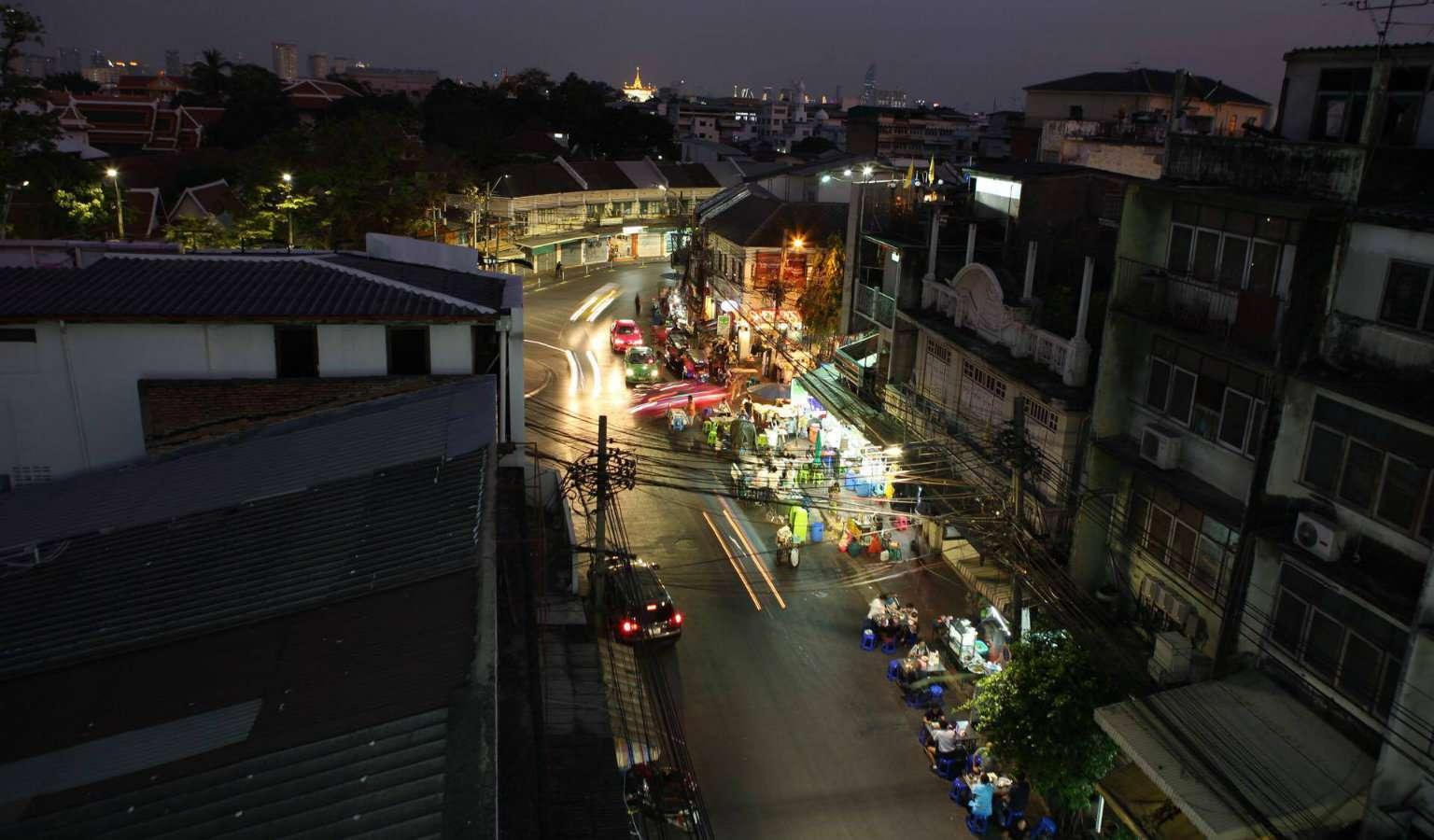 Uitzicht op de Wat Saket (Golden Mount) vanaf At-Mosphere Rooftop Cafe in Bangkok, Thailand