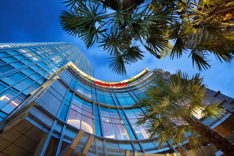 Het Bangkok Marriott Hotel Sukhumvit waar de Octave Rooftop Lounge & Bar op de bovenste drie verdiepingen ligt