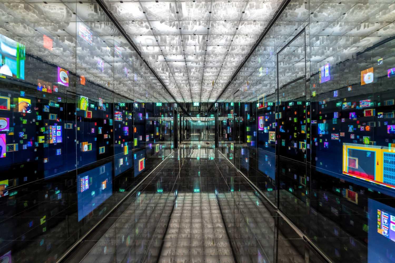 De bijzondere gang de Mahanakhon met digitale schermen en de stad Bangkok op het plafond