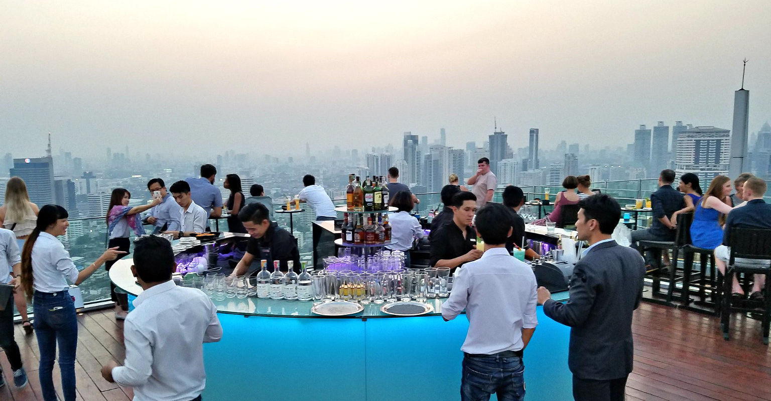 Ronde bar van Octave Rooftop Lounge en Bar