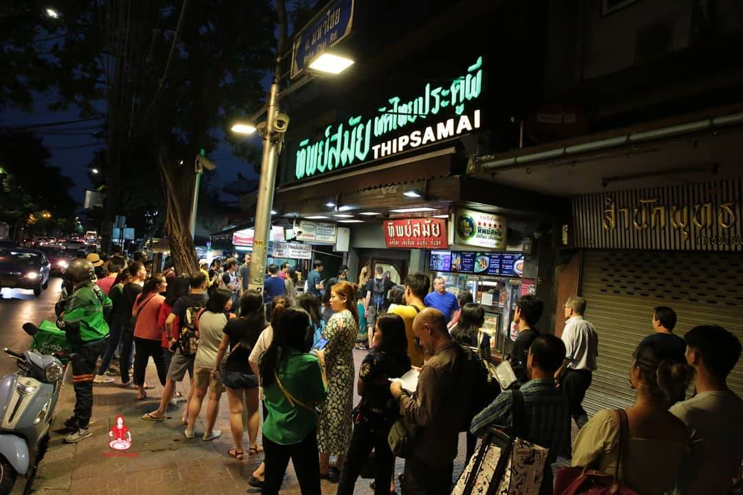 Long queue for Thipsamai in Old Town, Bangkok