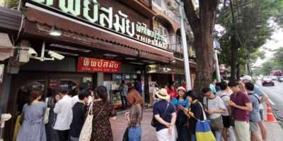 Lang In De Rij Staan Voor Een Padthai Bij Thipsamai In Old Town Bangkok, Thailand