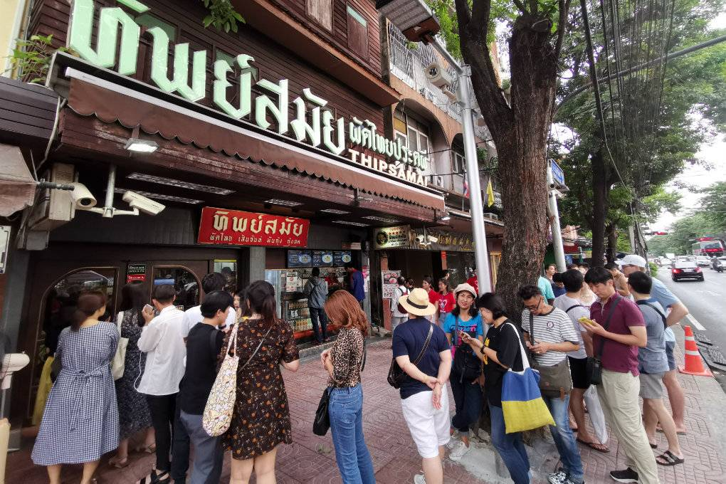 long line for a padthai at Thipsamai in Old Town Bangkok, Thailand. This is one of the best padthai restaurants in Bangkok where you can eat good food.