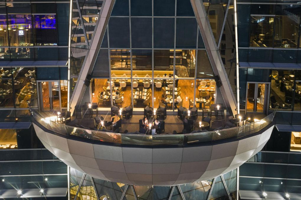Het terras van Up & Above Restaurant and Bar (The Okura Prestige) in Bangkok, Thailand vanaf een drone genomen