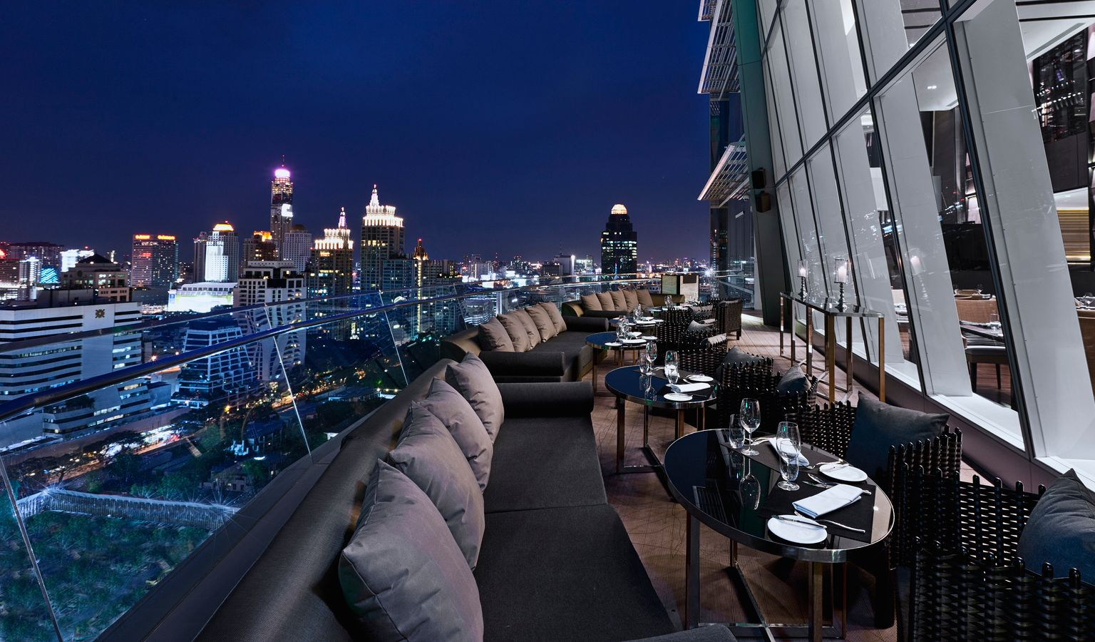 Het terrasmet loungebanken van Up & Above Restaurant and Bar (The Okura Prestige) in Bangkok, Thailand