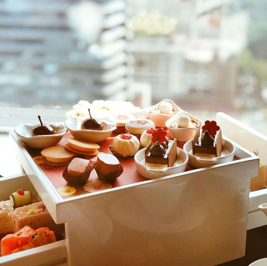 Tsubaki Afternoon Tea bij Up & Above Restaurant and Bar van het Okura Prestige in Bangkok