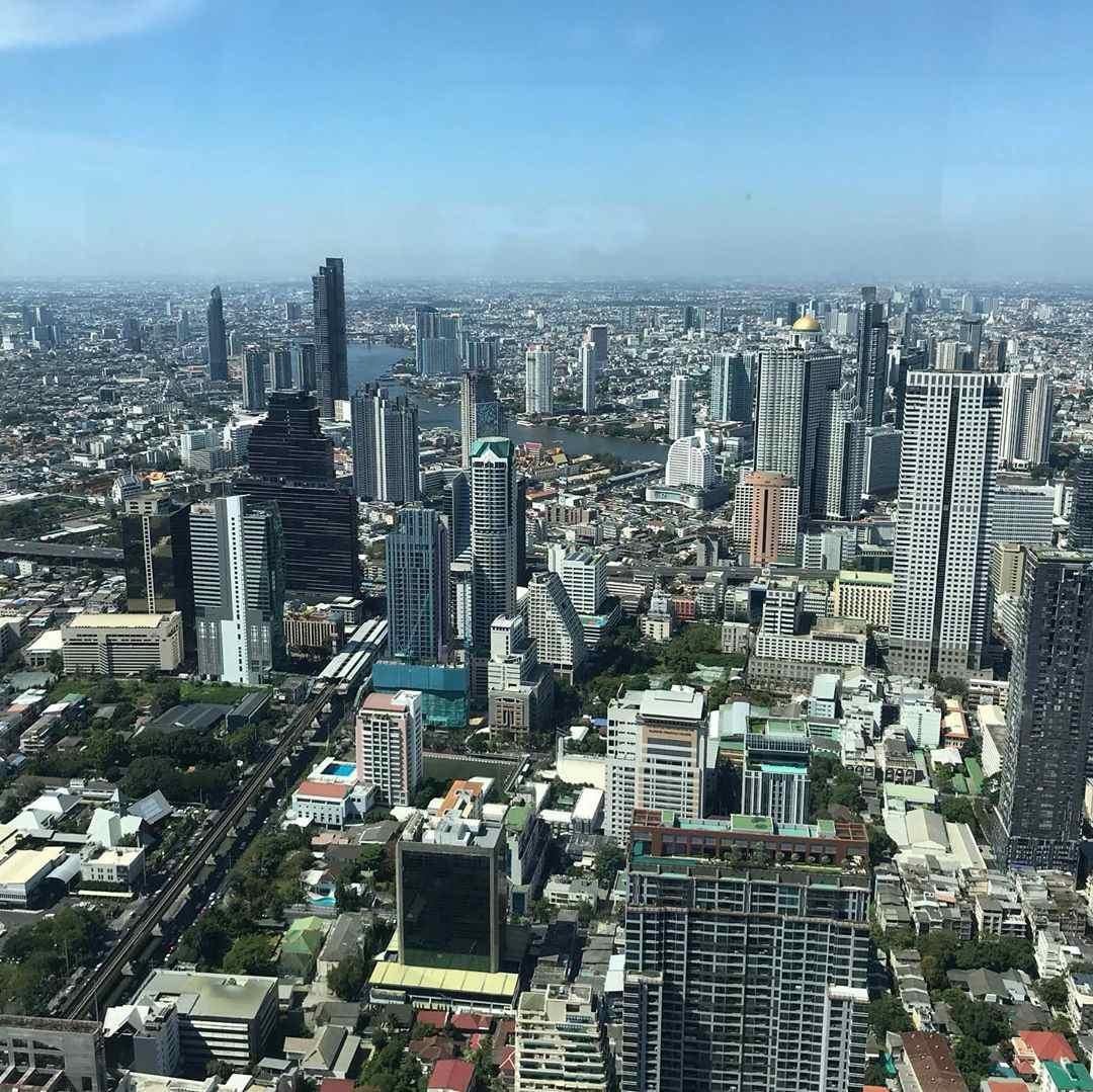 Uitzicht pover de skyline van Bangkok vanaf de Mahanakhon Pixel Tower