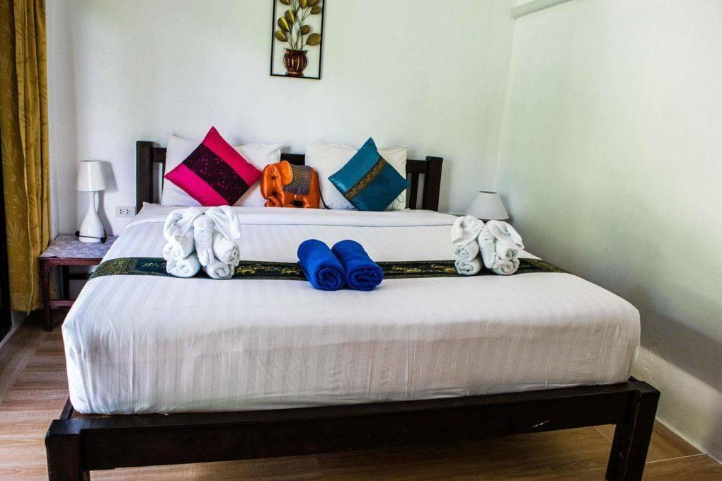Een tweepersoonskamer van het Montania Lifestyle Hotel in Khao Sok