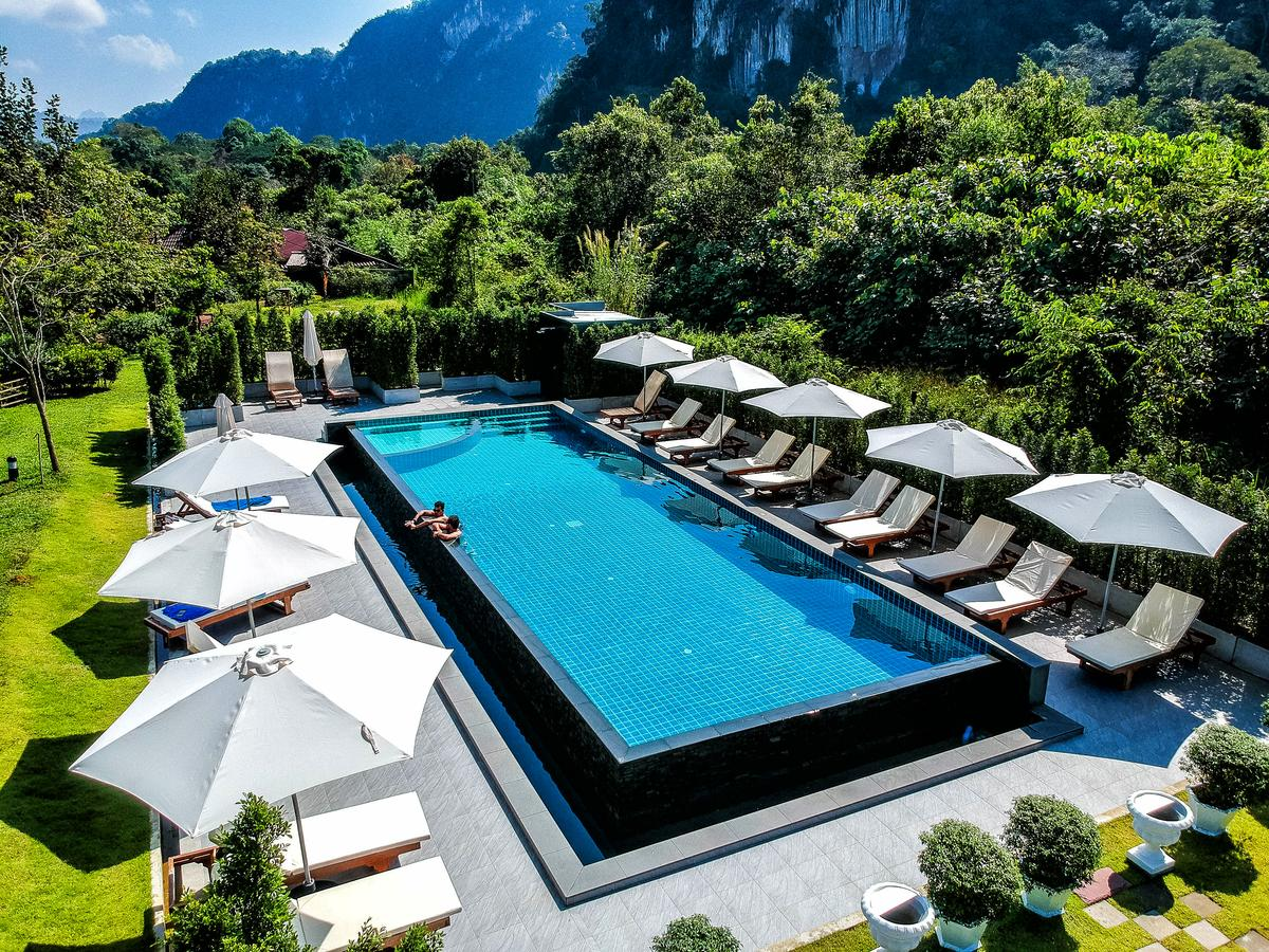 Het zwembad van het Montania Lifestyle Hotel in Khao Sok