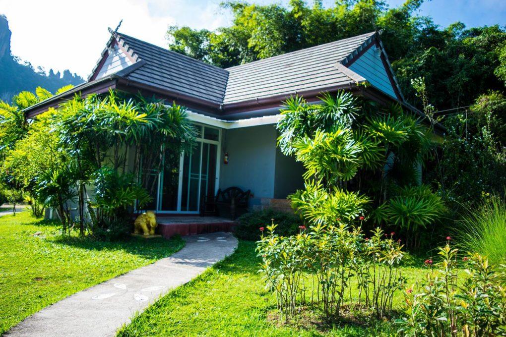 Een moderne bungalow van het Montania Lifestyle Hotel in Khao Sok