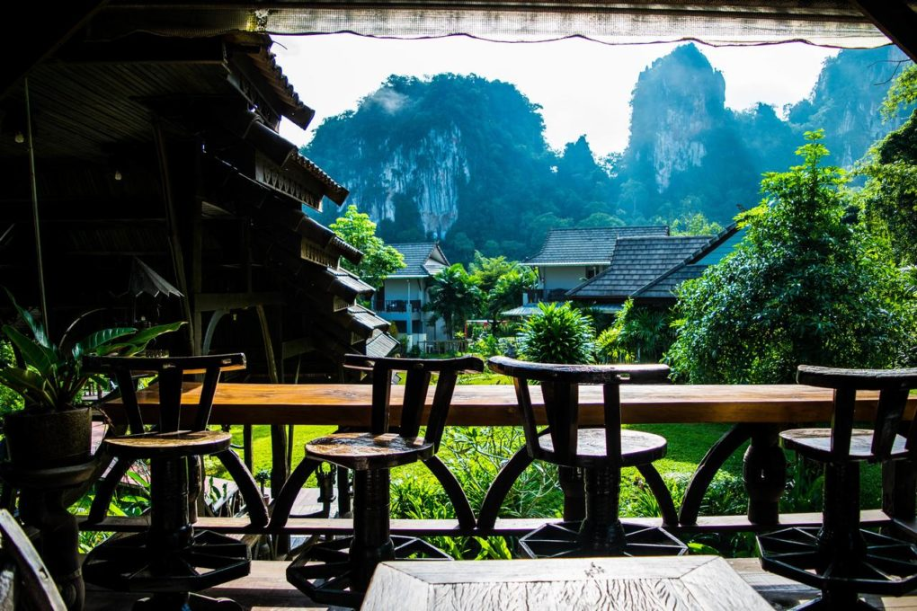Het uitzicht op de kliffen van kalksteen vanaf het restaurant van het Montania Lifestyle Hotel in Khao Sok